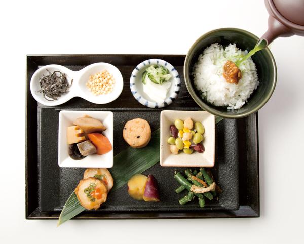 「六種家常菜和湯泡飯套餐」(972日圓)