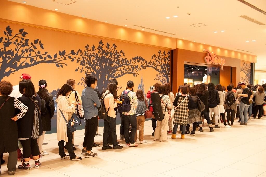 一家氛圍輕鬆容易讓人聯想到「城市花園」的店舖,內部擺滿琳琅滿目的迪士尼商品!『阿倍野Q's購物商城(Abeno Q's mall)』裡新開了一間『迪士尼專賣店(Disney store)』♪