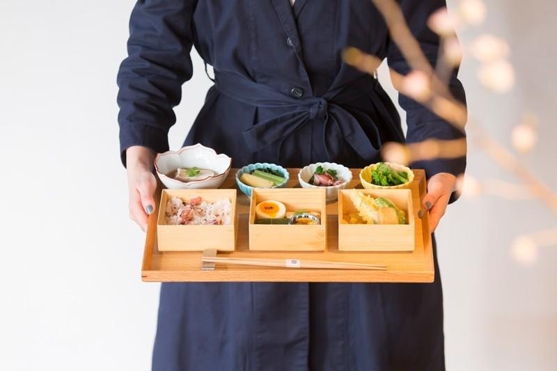 坐望古時藏造與中庭佇立在京都‧烏丸的『居様/IZAMA』。午餐「九種番菜御膳(九種のおばんざい御膳)」,春季菜單新登場