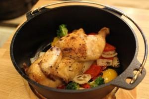 丸鶏と野菜のダッチオーブン