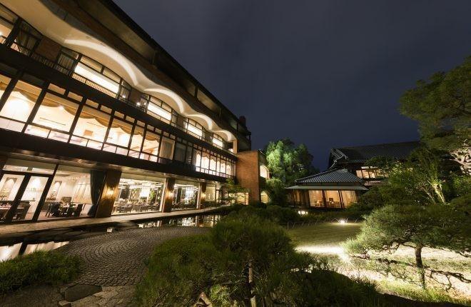 在大阪城附近的日本庭園『太閤園』内和食料亭『淀川邸』,邊眺望庭園邊享受正式的日本宴席料理!