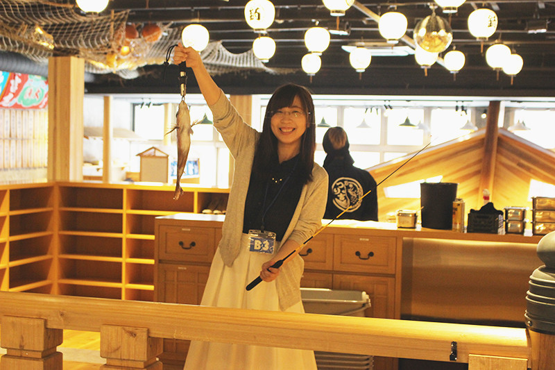 就像是大型漁船!新世界『巨大釣船 釣吉(ジャンボ釣船 つり吉)』,可以自己釣魚享受新鮮美味的體驗型居酒屋♪
