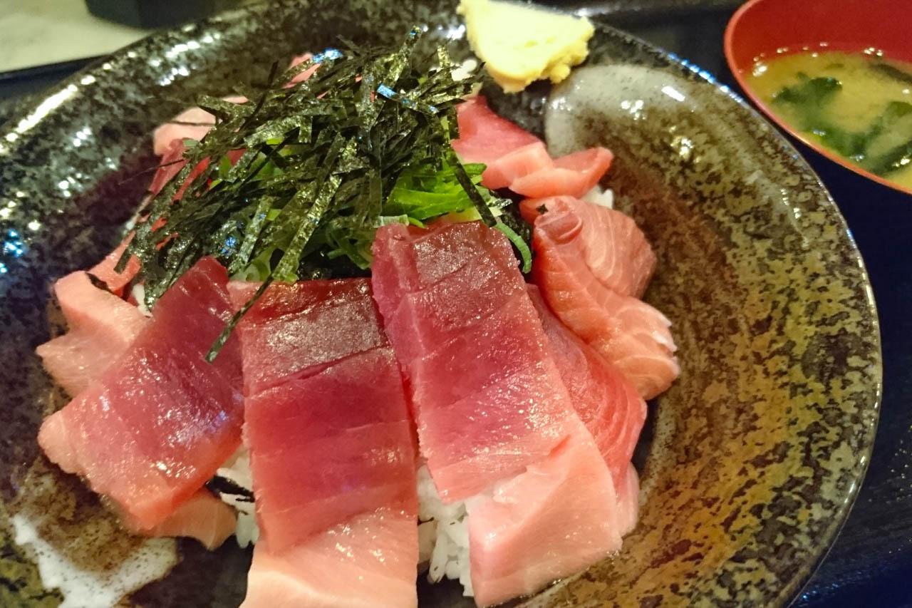 藍鰭鮪魚的切邊丼