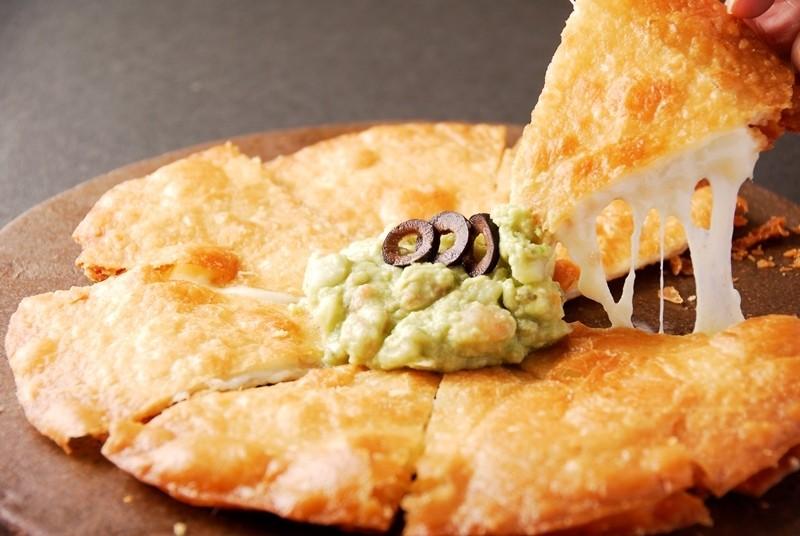 酥脆!融化!牽絲~!就連美食家也心心念念的墨西哥風披薩「Quesadilla(ケサディージャ)」擁有傳說級的美味!谷町九丁目・上本町的墨西哥料理店『Am BoLuZo』