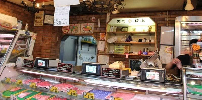 在黑門市場的『黑門 坂本(黒門 坂本)』品嚐1個70日圓的酥脆×內軟現炸可樂餅!