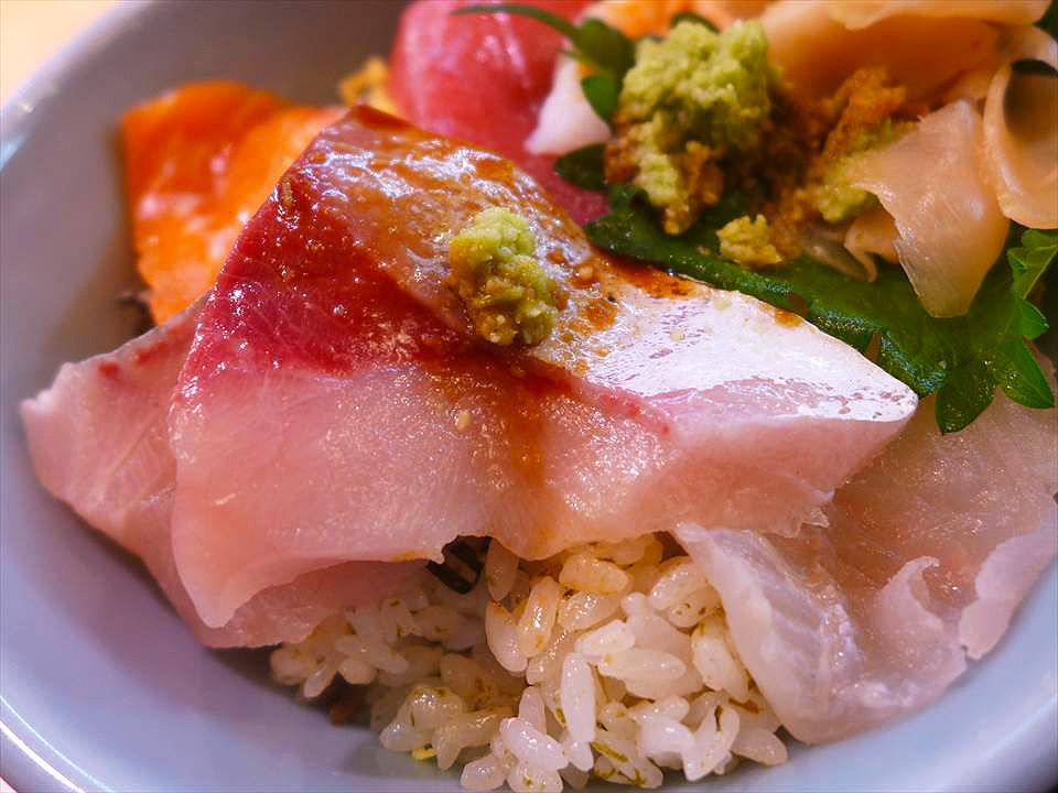 散壽司裡面也放了好多海鮮
