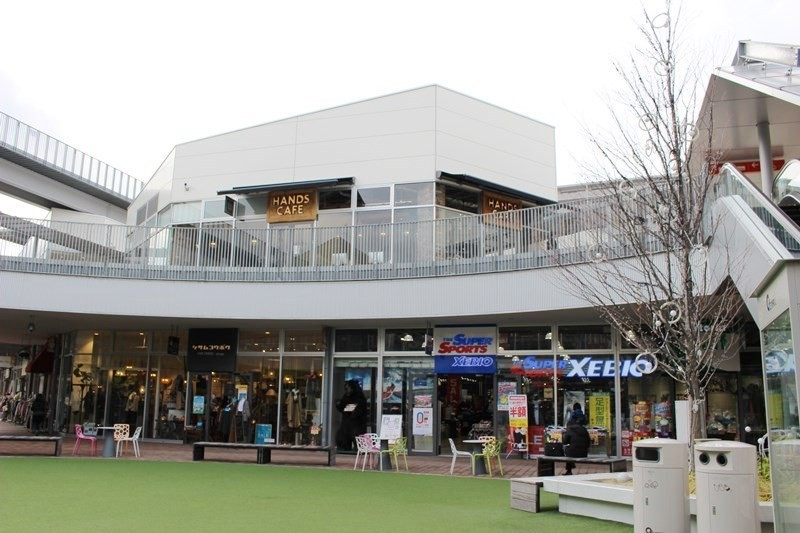 大阪城公園南側的『森之宮Q's Mall BASE(もりのみやキューズモールBASE)』有超市、家電量販店、100元商店、咖啡廳等進駐其中,擁有多重魅力!