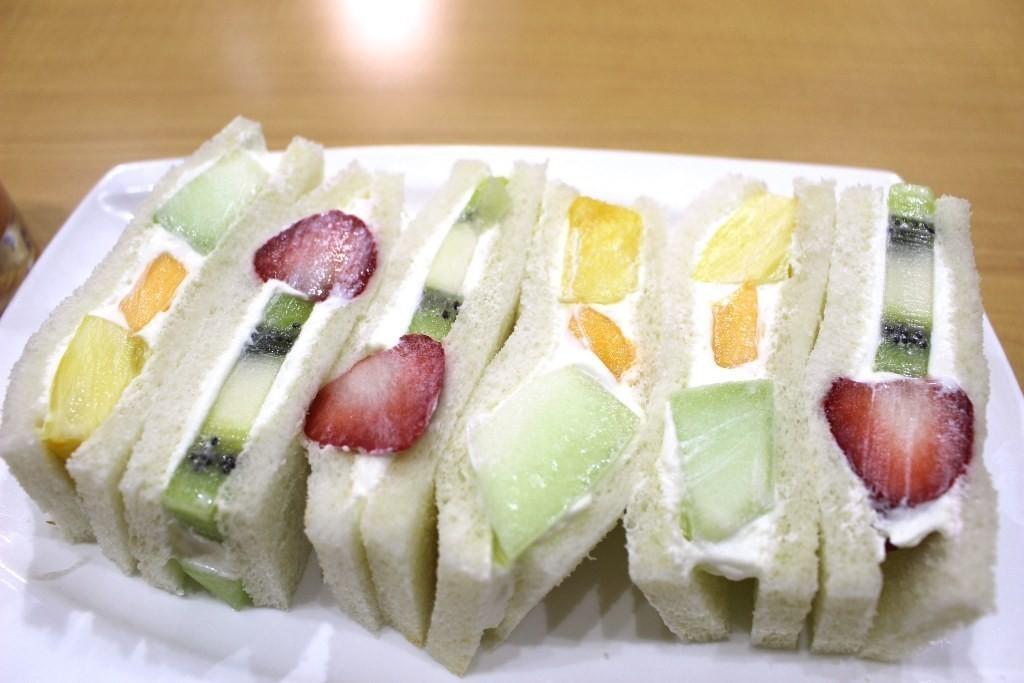 讓人心焦難耐的滋味。京都・四條大宮『Fruit Parlor YAOISO(フルーツパーラー ヤオイソ)』的水果三明治。