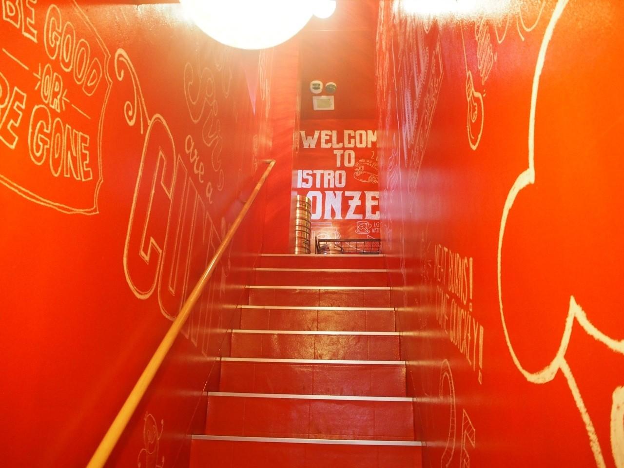 全紅的樓梯