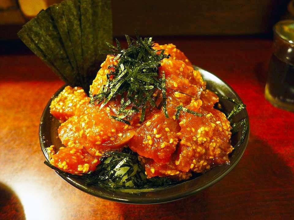 鶴橋的人氣店『MAGURO食堂(鮪食堂)』的料超多丼飯,費了好一番功夫才看得到白飯!