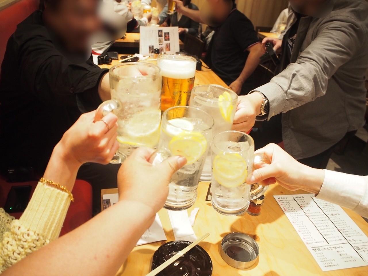 同伴們乾杯