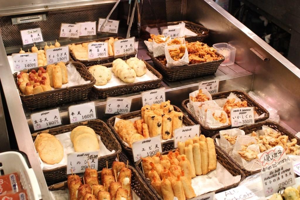 熱呼呼的爆漿「炸起司天婦羅(チーズ天)」超美味!可以邊走邊吃的錦市場『丸常魚板店(丸常蒲鉾店)』魚板