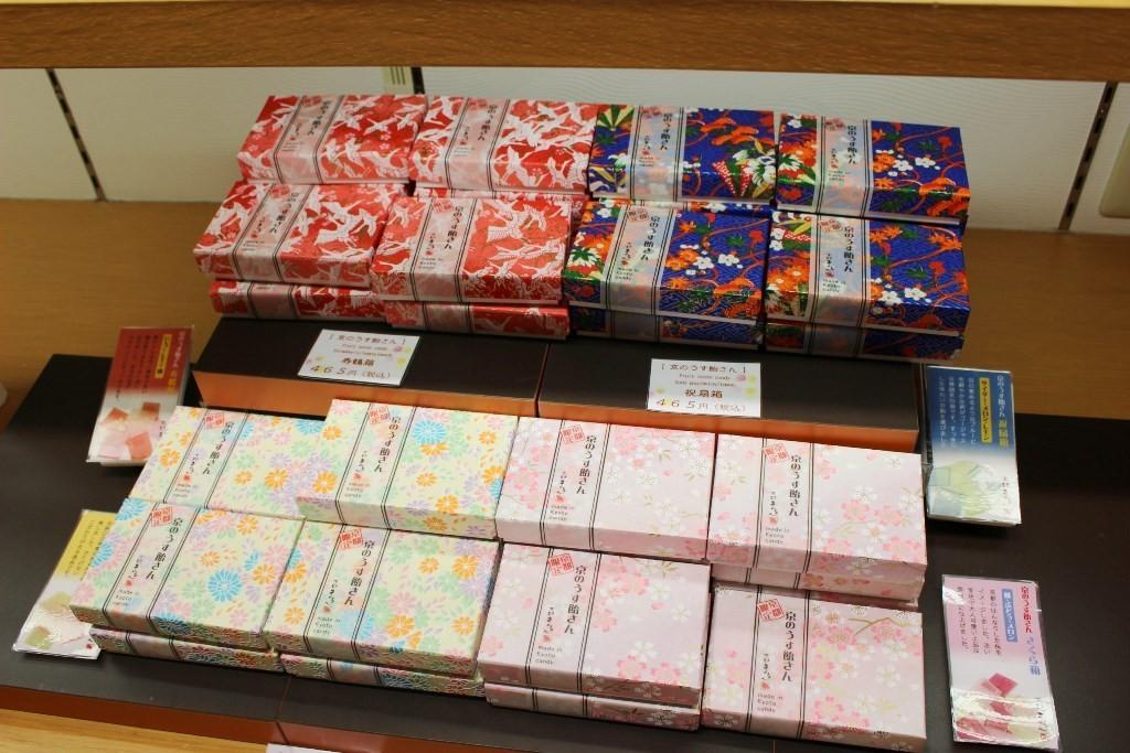 プレート状の飴「京のうす飴さん」は、和柄の箱が美しい