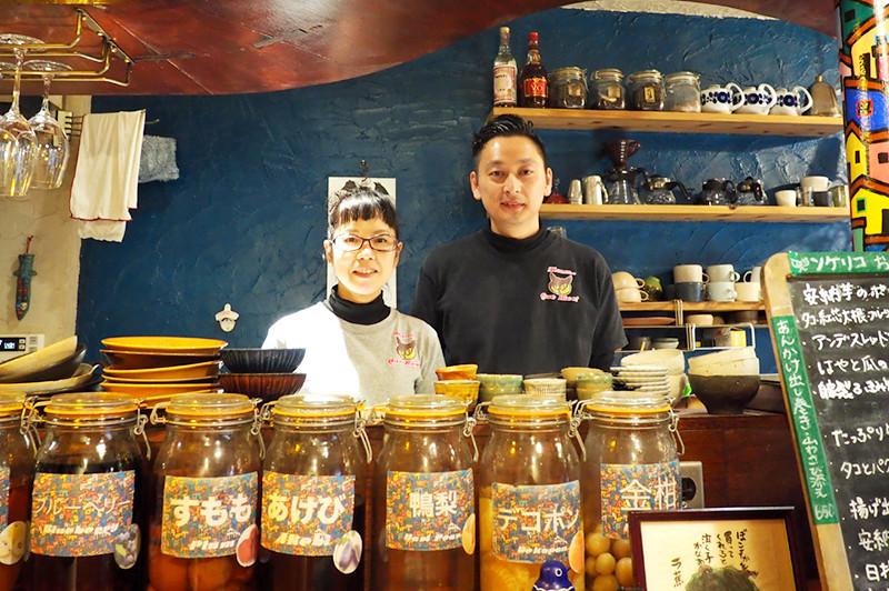 在中津商店街的復古咖啡館&酒吧『Mmm Que Rico(ンケリコ)』享受沉穩的時光和料理
