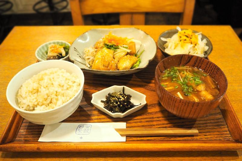 享用烏丸御池『米飯、咖啡、酒 日常茶飯+(ごはんとカフェとお酒 日常茶飯+)』的日式定食,撫慰旅途疲勞的身軀