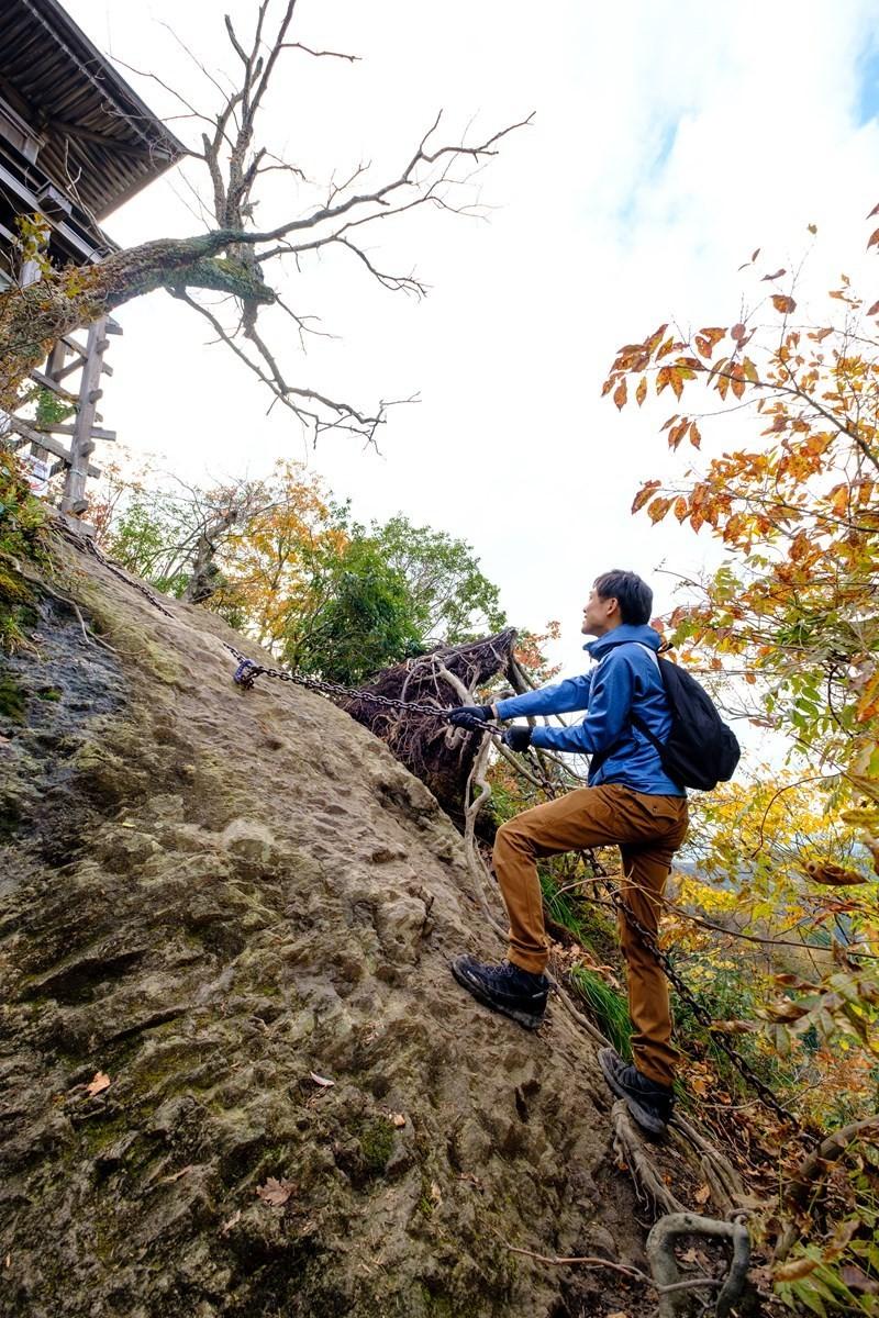 憑著1條鎖鏈攀上巨岩,前往文殊堂。