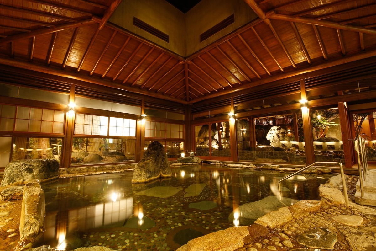 【右之湯】保留懷舊氣氛的大浴場「樂山之湯」