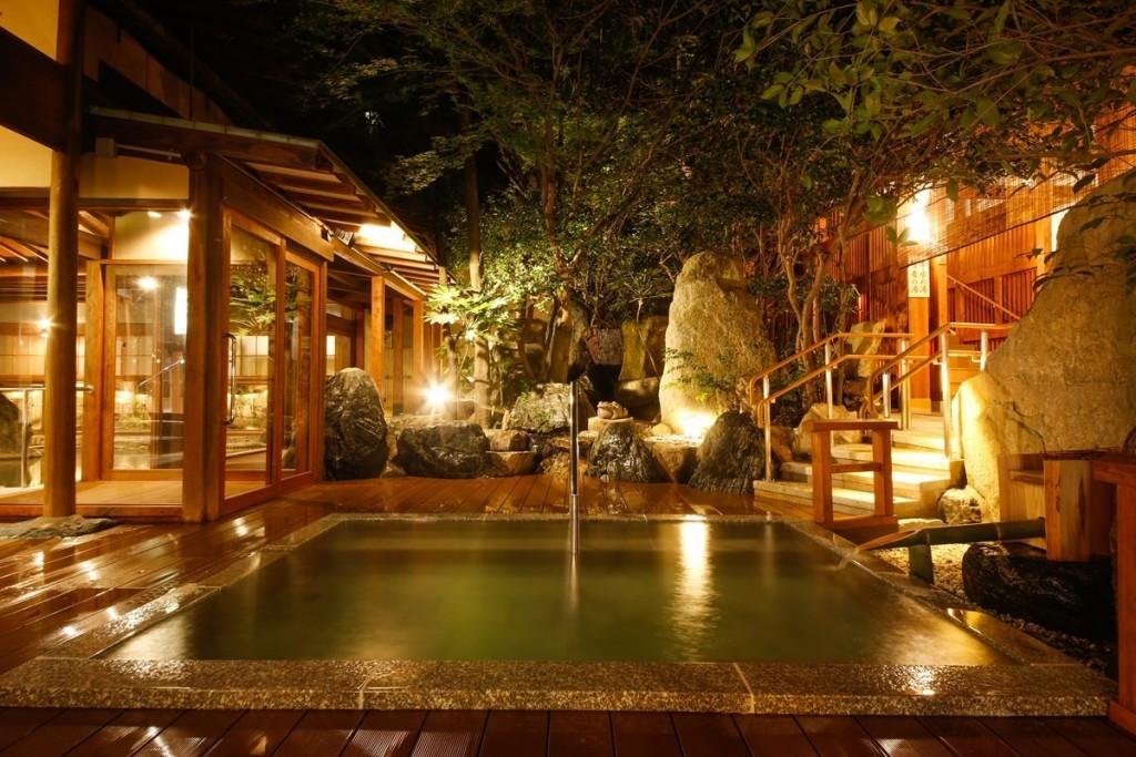 【右の湯】身を横たえ心からくつろげる露天風呂(寝湯)「仁者の湯」