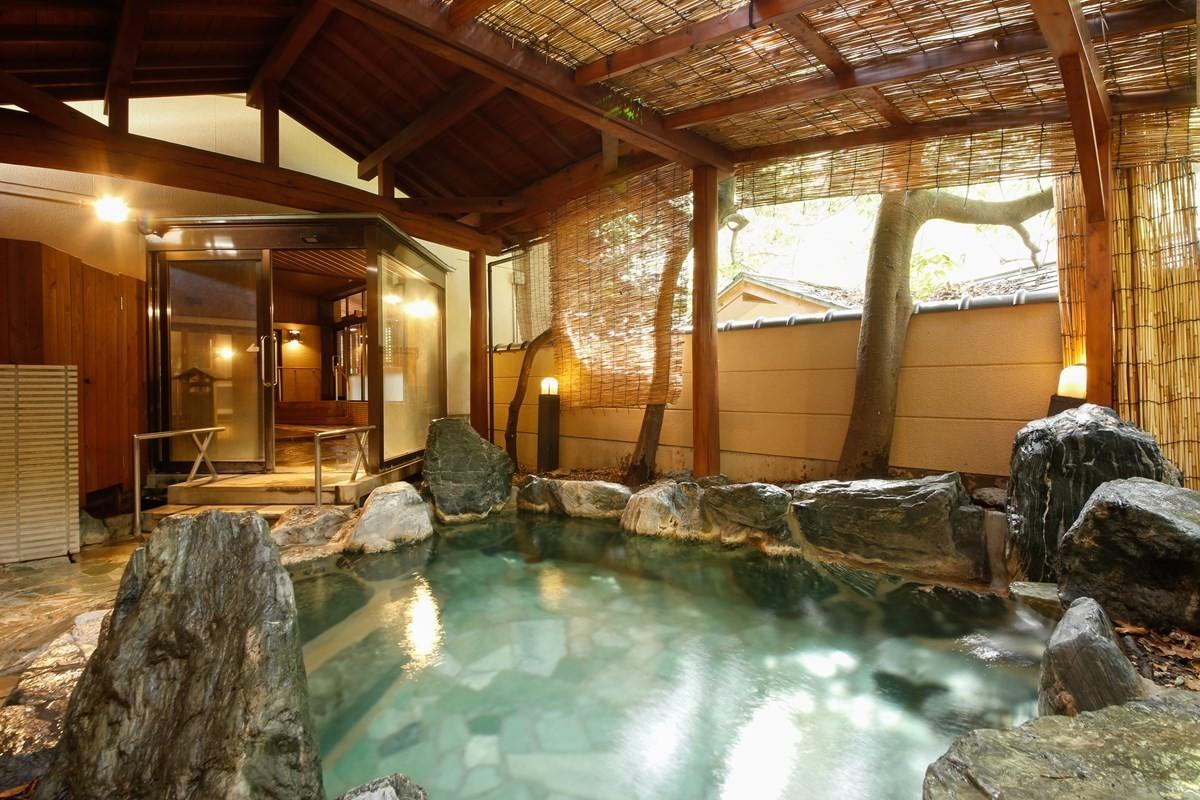 【右之湯】充滿自然情趣、以天然石築成的露天浴池「智者之湯」