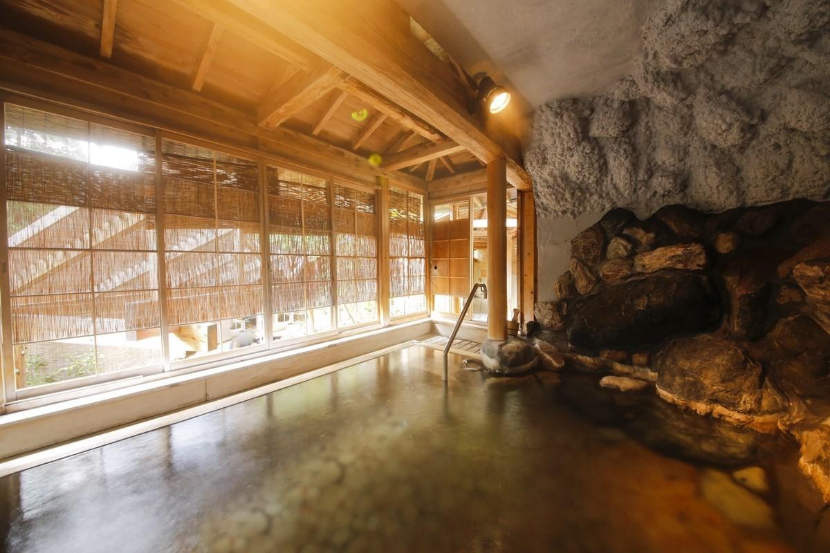 【左之湯】以鳥取縣唯一的國寶『三徳山三佛寺投入堂』為原型打造的「投入堂洞窟浴池」